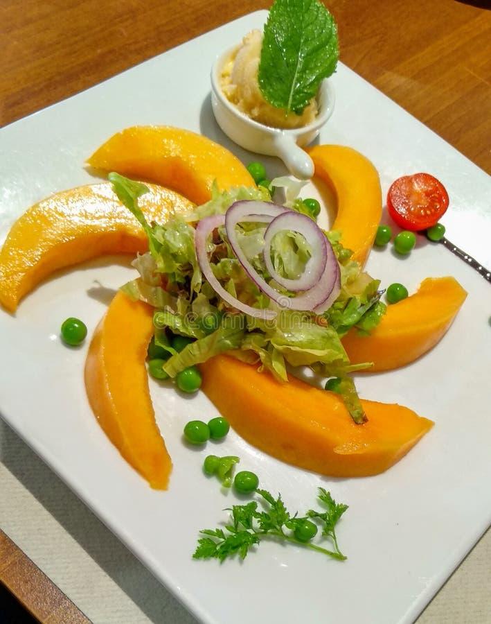 De sinaasappel van de veganistfruitsalade en groen royalty-vrije stock fotografie