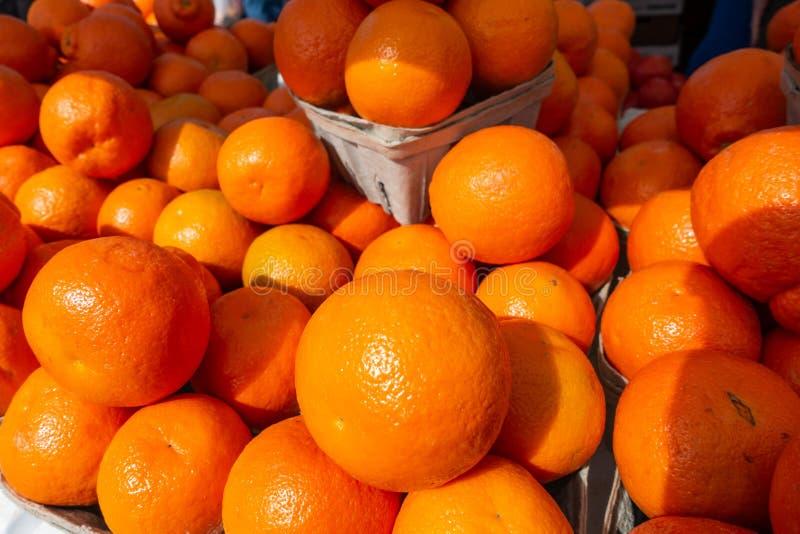 De sinaasappelen van Florida bij een fruit en een plantaardige tribune op een de landbouwersmarkt van de Zaterdagochtend royalty-vrije stock foto's