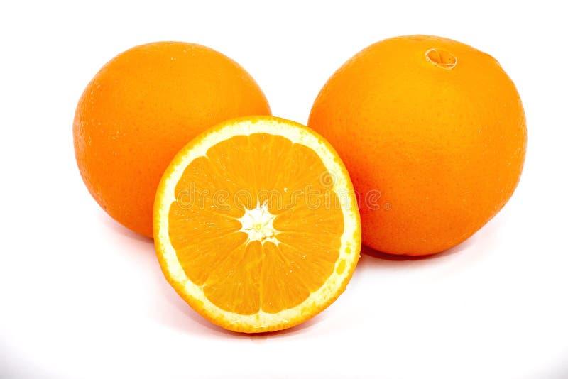 De sinaasappelen van het geheel en van de besnoeiing stock afbeeldingen