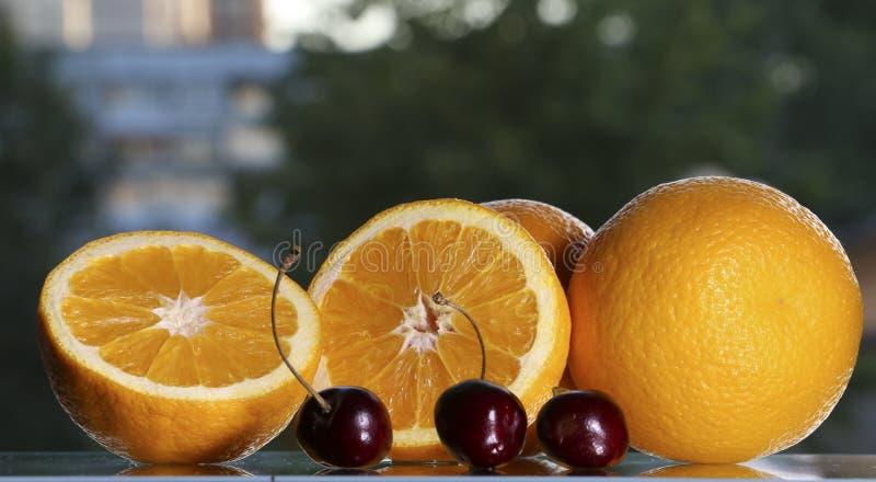De sinaasappelen zijn op de lijst royalty-vrije stock fotografie