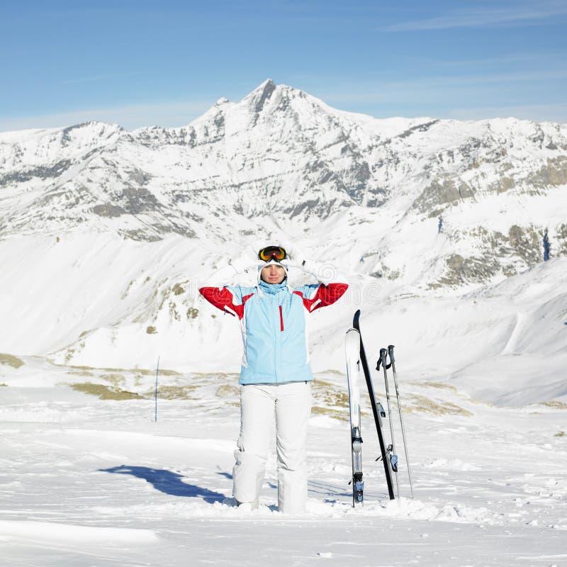 De skiër van de vrouw stock afbeeldingen