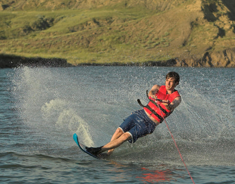 De skiër van het water op meer stock afbeelding