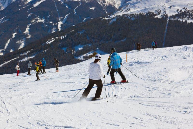 De skiërs bij bergenski nemen Slechte Gastein Oostenrijk zijn toevlucht stock afbeelding