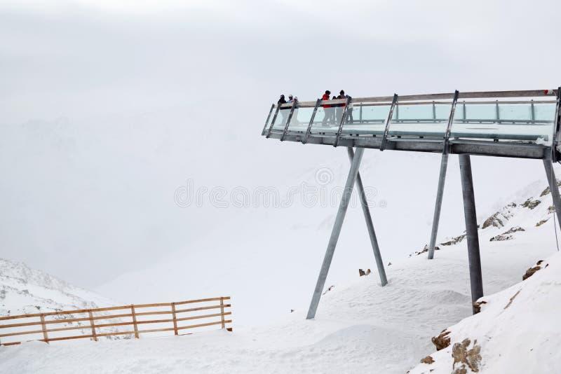 De skiërs die in sportkleding dragen zijn op hoog vooruitzicht royalty-vrije stock afbeelding