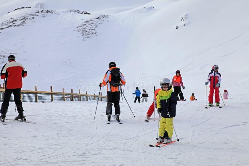 De skiërs genieten van ski?end bij de helling in de Oostenrijkse Alpen royalty-vrije stock afbeeldingen