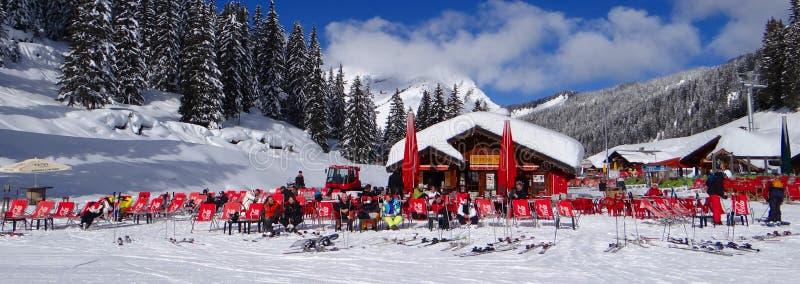De skiërs ontspannen in de zon stock fotografie