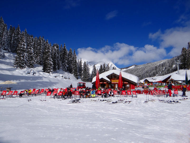 De skiërs ontspannen in de zon royalty-vrije stock afbeelding