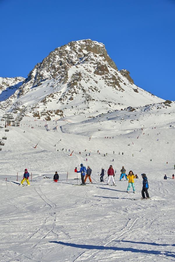 De skiërs op ski hellen in Ischgl, Oostenrijk stock foto