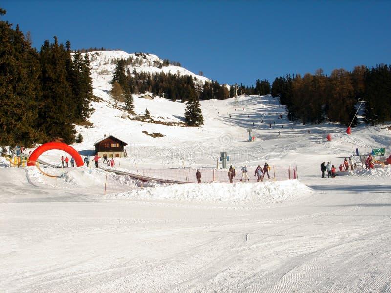 De skiërs op ski nemen hellingen zijn toevlucht stock afbeeldingen