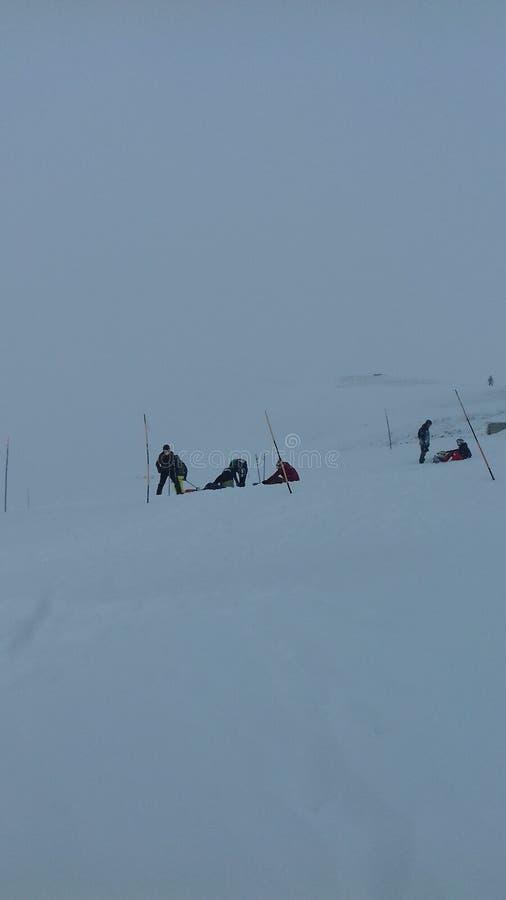 De skiërs op sneeuw hellen royalty-vrije stock fotografie