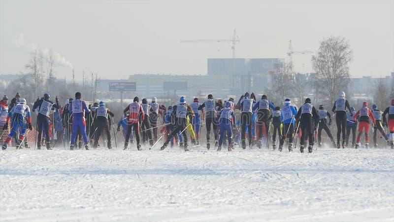 De skiërs van de mensenatleten van het massabegin tijdens Kampioenschap bij het dwars ski?en van het land royalty-vrije stock fotografie