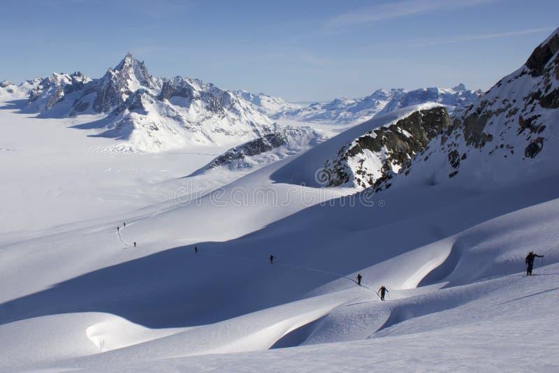 De ski die op a beklimmen crevassed helling en oneindig ijzig landschap. stock afbeelding