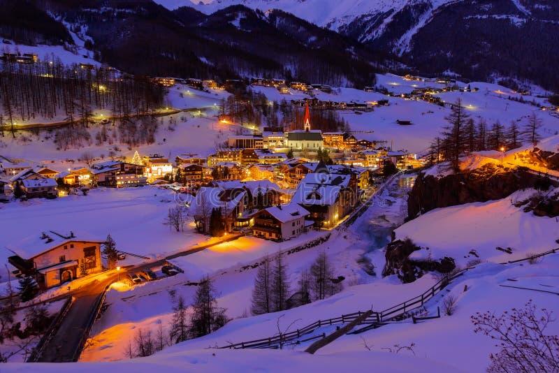 De skitoevlucht Solden Oostenrijk van bergen - zonsondergang royalty-vrije stock foto