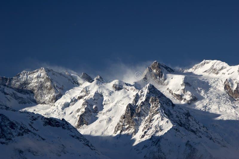 De skitoevlucht van de berg in de bergen stock afbeelding