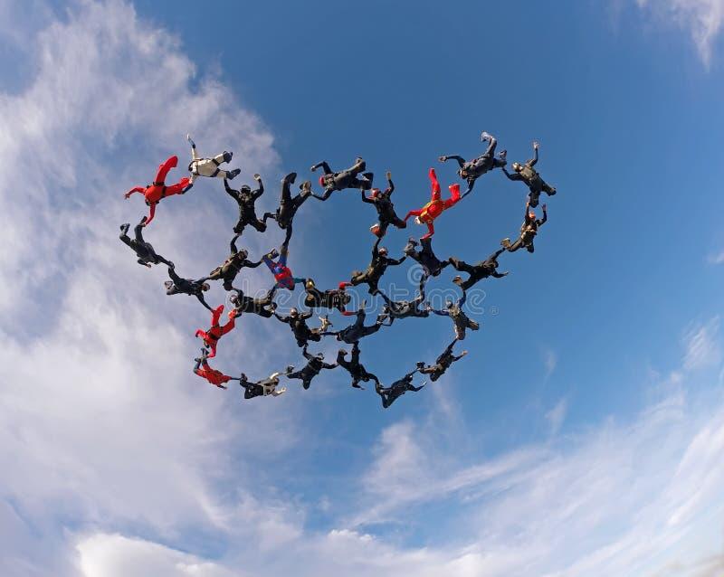 De Skydiversholding overhandigt lage hoekmening stock afbeeldingen
