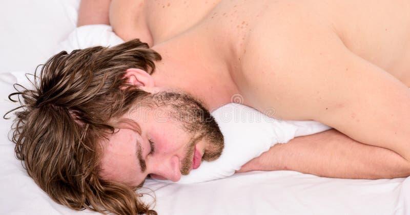 De slaap en ontspant concept Slaap van de mensen de knappe kerel De slaap is essentieel voor uw fysieke en geestelijke gezondheid stock afbeeldingen