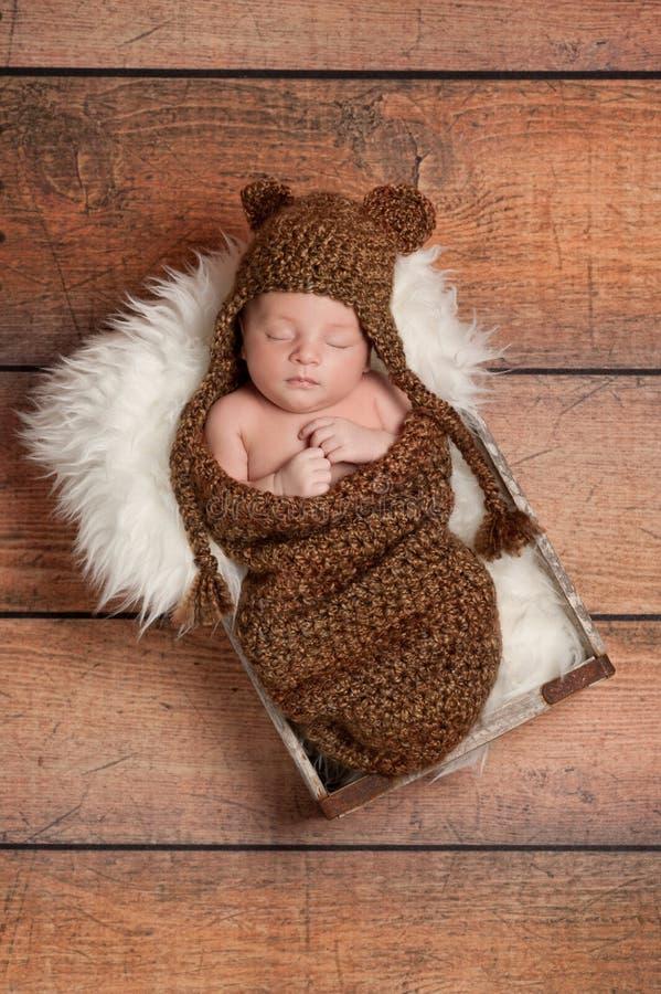 De slaap Pasgeboren Jongen die van de Baby een Hoed van de Beer draagt royalty-vrije stock afbeeldingen