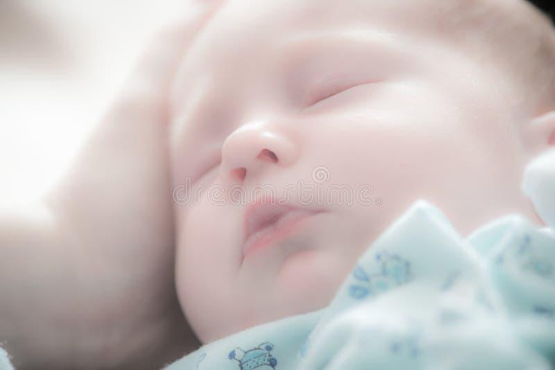 De slaap van de babyjongen royalty-vrije stock afbeeldingen