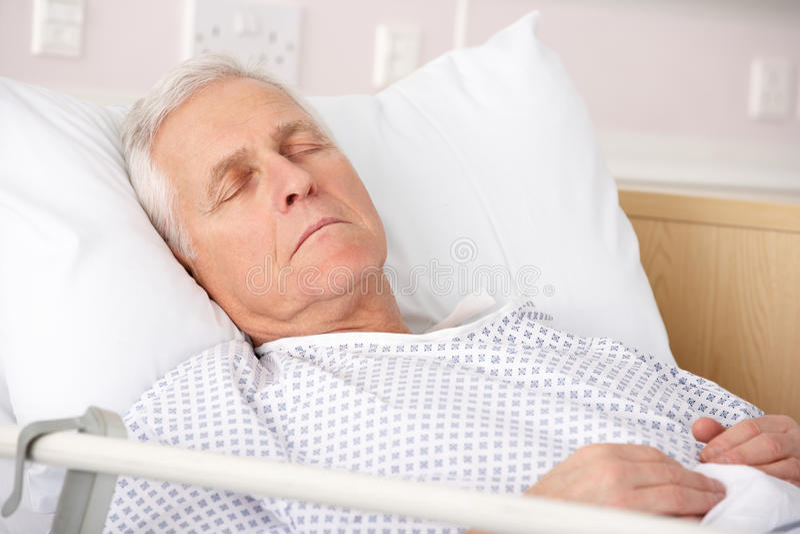 De slaap van de bejaarde in het ziekenhuisbed