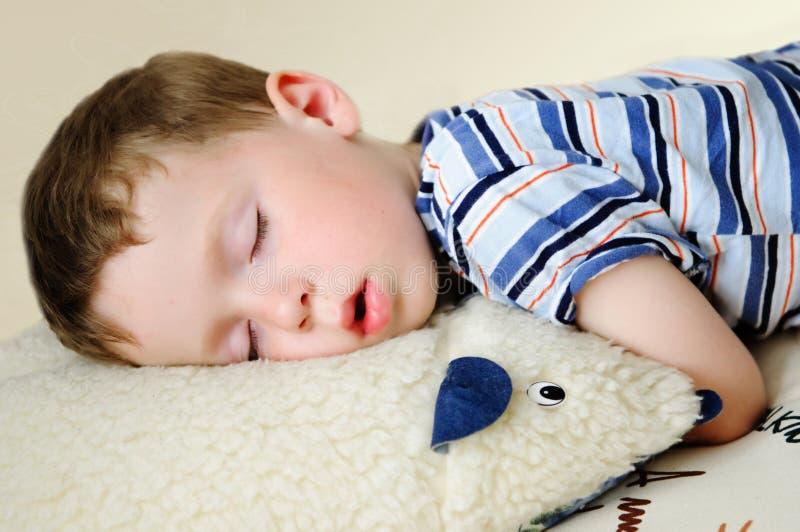 De slaap van de jongen royalty-vrije stock afbeeldingen