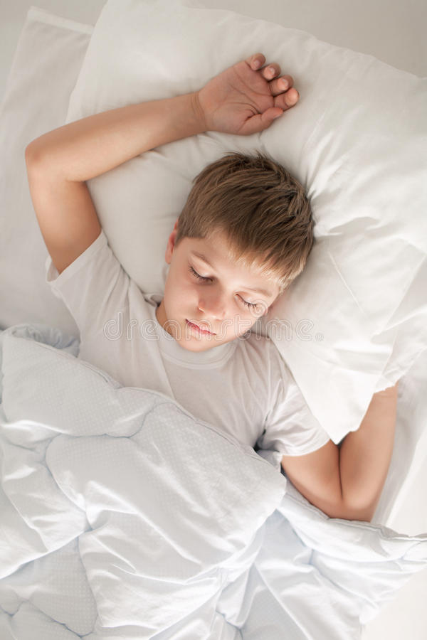 De slaap van de jongen op zijn rug royalty-vrije stock fotografie