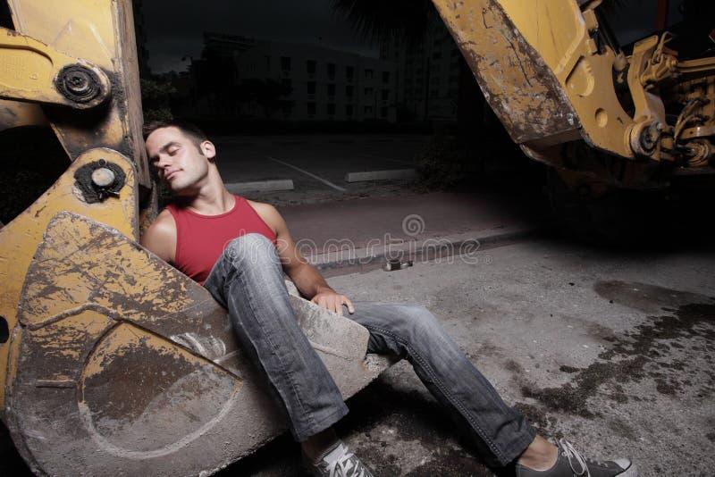De slaap van de mens in backhoe stock foto