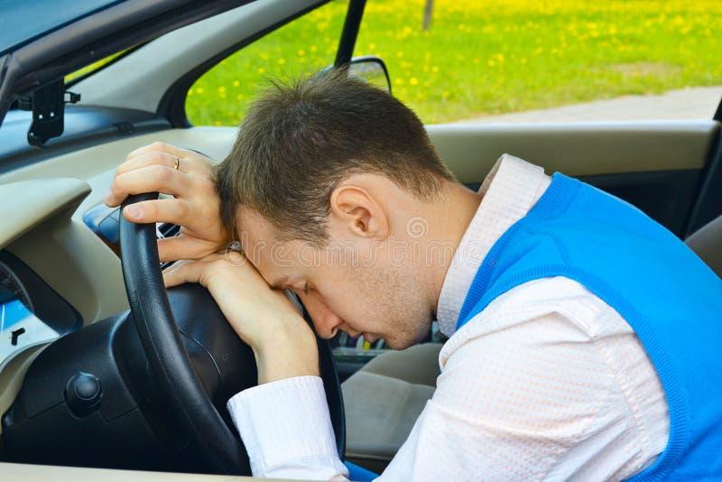 De slaap van de mens in een auto stock fotografie