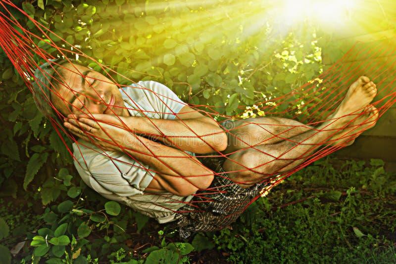 De slaap van de mens in hangmat royalty-vrije stock fotografie