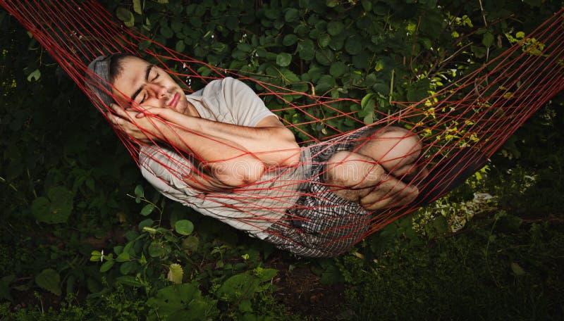 De slaap van de mens in hangmat stock fotografie
