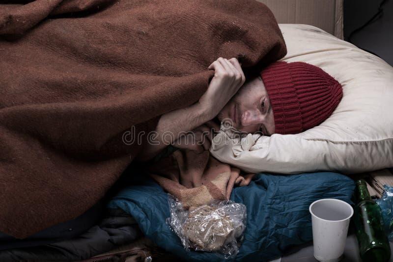 De Slaap van de mens op de Straat stock foto