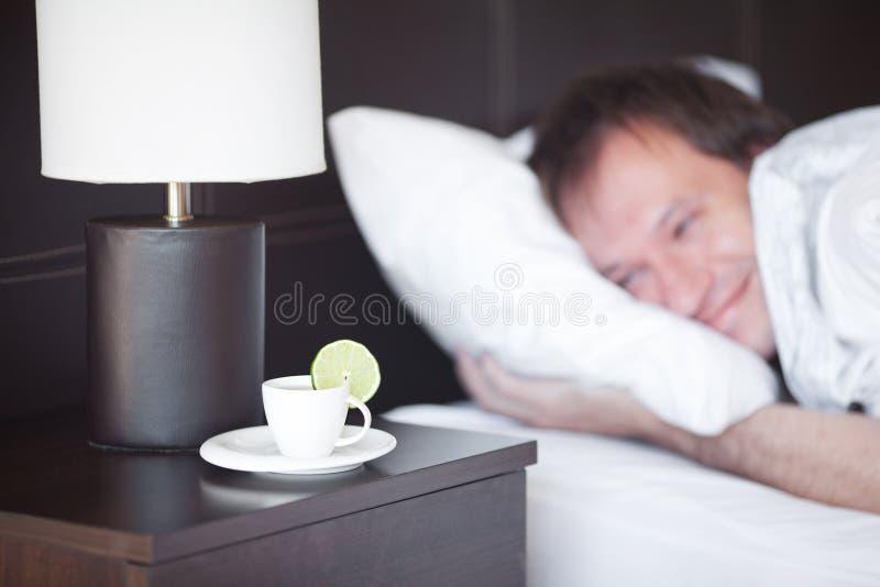 De slaap van de mens op een bed royalty-vrije stock afbeelding