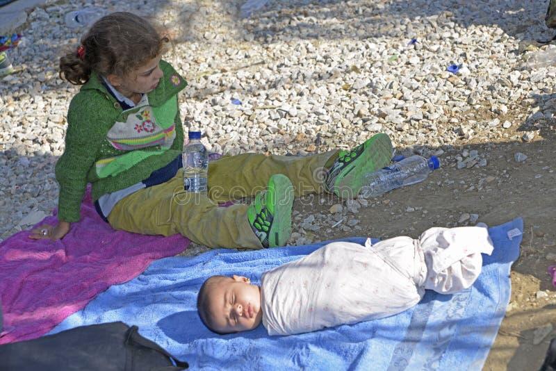 De slaap van de vluchtelingsbaby op de straat Lesvos Griekenland stock afbeelding