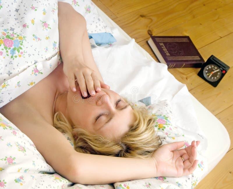 De slaap van de vrouw in bed royalty-vrije stock afbeelding