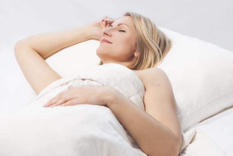 De slaap van de vrouw met een aardige glimlach stock afbeeldingen