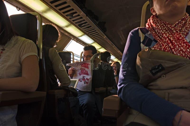 De slaap van een passagierstrein vermoeide na het dag` s werk stock afbeelding