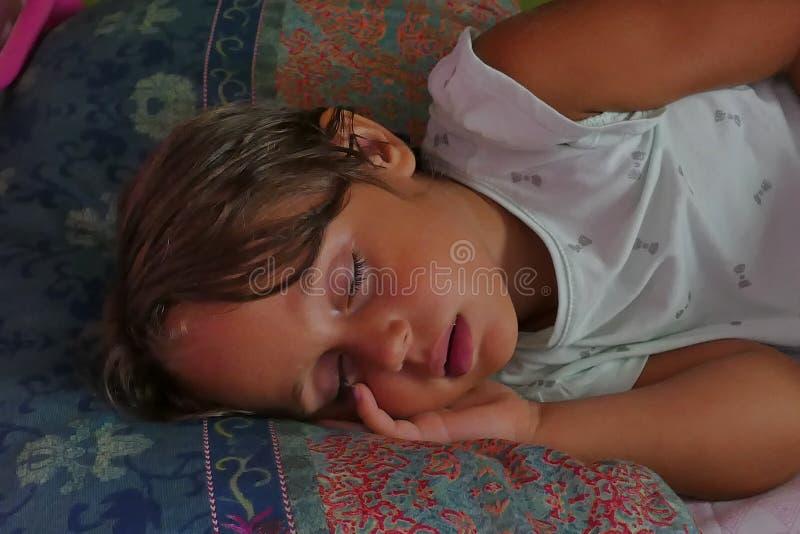 de slaap van het 4 éénjarigenmeisje vreedzaam in het bed royalty-vrije stock afbeeldingen
