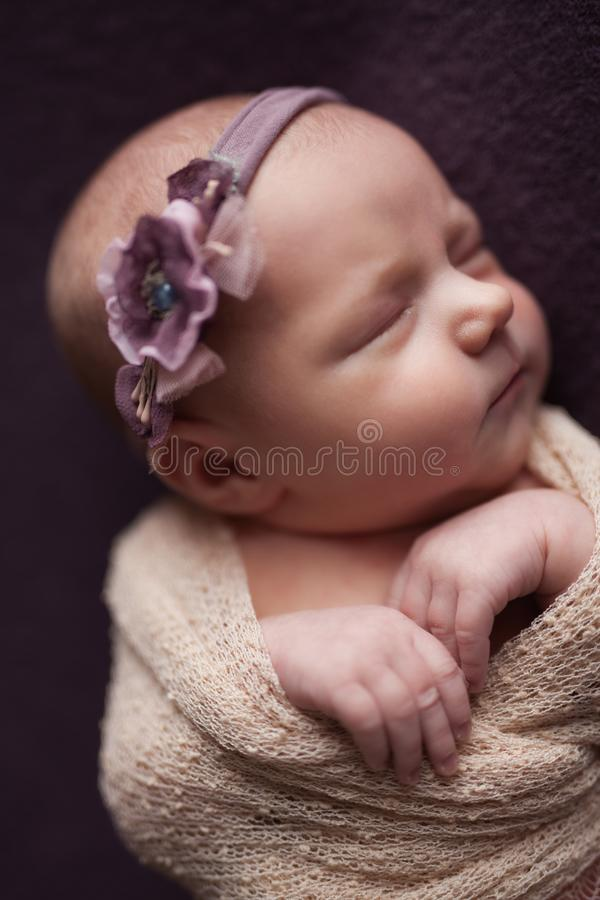 De slaap van het de babymeisje van de close-upzuigeling bij achtergrond Pasgeboren en mothercare concept stock foto's