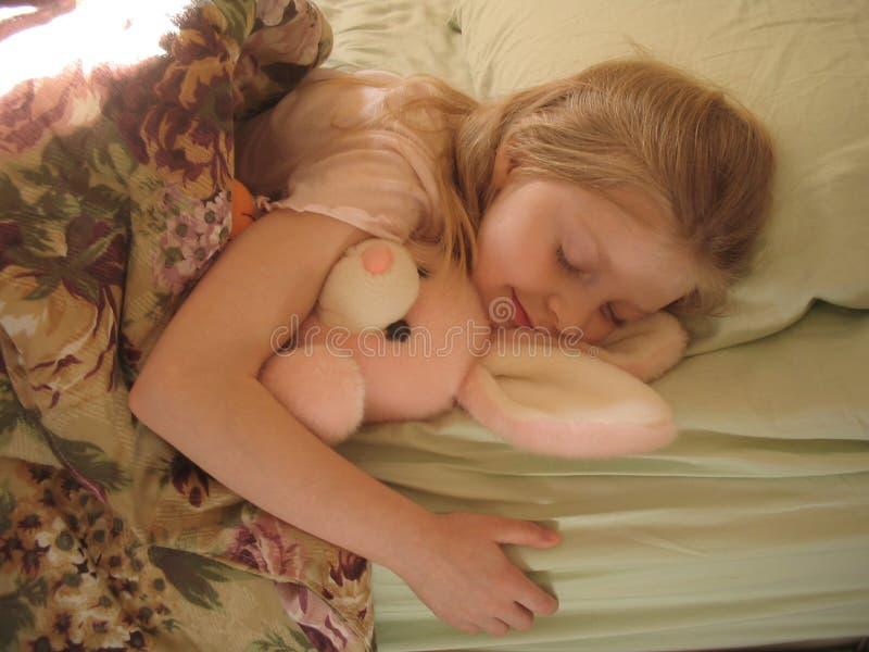 De slaap van het konijntje en van het meisje royalty-vrije stock foto's