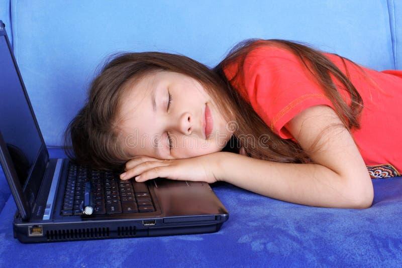 De slaap van het meisje bij PC royalty-vrije stock foto's
