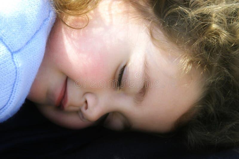 De slaap van het meisje in de zon stock afbeelding