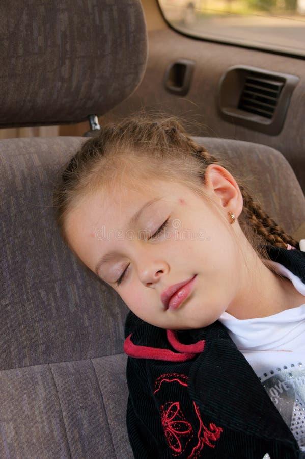 De Slaap van het meisje in een Auto stock fotografie