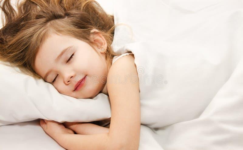 De slaap van het meisje in het bedclose-up royalty-vrije stock afbeelding