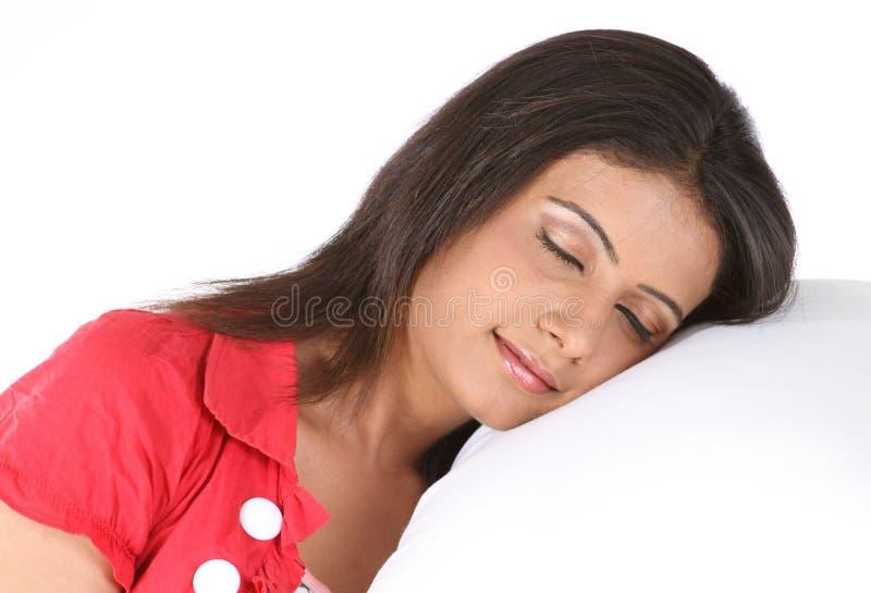 De slaap van het meisje met een wit hoofdkussen stock fotografie