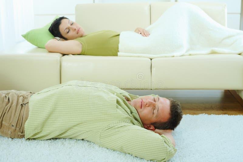 De slaap van het paar op laag stock afbeelding