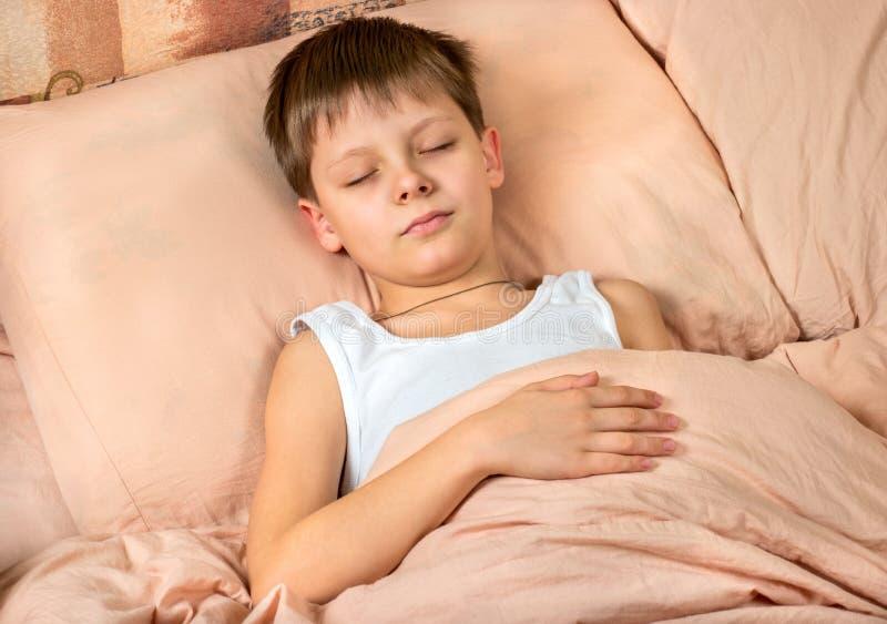 De Slaap van de jongen in Bed stock foto