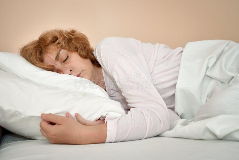 De slaap van de vrouw in bed royalty-vrije stock fotografie