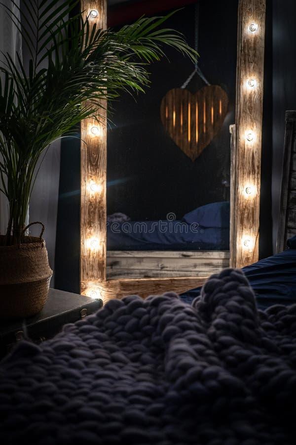 De slaapkamer is een donkere ruimte, stock foto