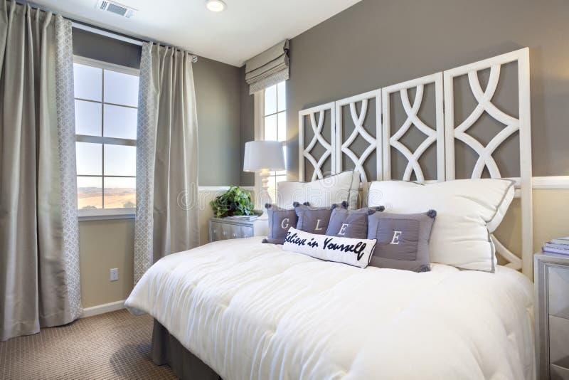 De Slaapkamer van de modelwoning - Taupe & Wit stock afbeelding