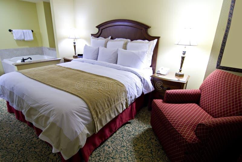 Hotelslaapkamer met ton en stoel stock fotografie