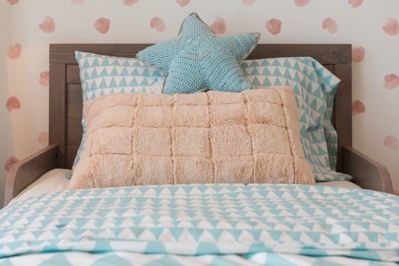 de slaapkamer van het jonge geitje met comfortabel bed en reeks hoofdkussens royalty-vrije stock afbeeldingen